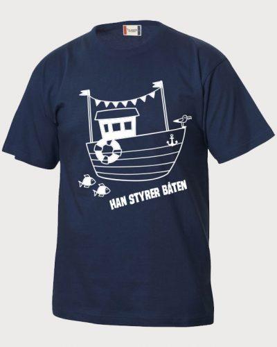 Han styrer båten